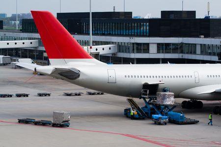 Avion permanent à la porte et être chargé avec des bagages