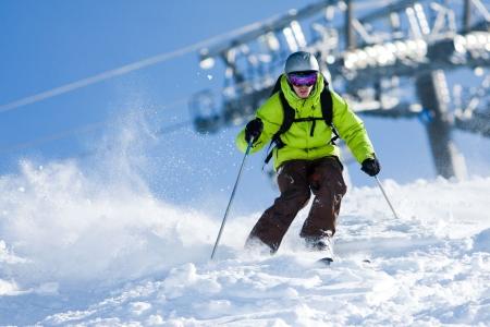 Junger Mann auf Skiern aus der Pisten. Tiefschneefahren Standard-Bild - 6477875