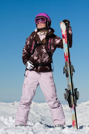 Junge Mädchen Skifahrer mit Skis Sport Ausrüstung tragen. Winterurlaub Standard-Bild - 6617320
