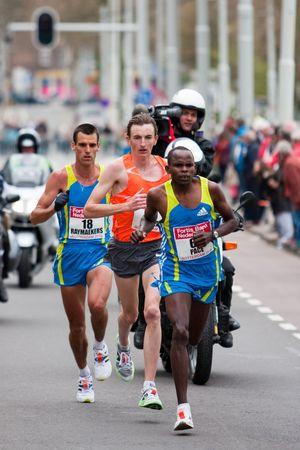 ROTTERDAM, Niederlande - APRIL 11: Annual-Fortis Rotterdam-Marathon. Läufer auf den Straßen der Stadt auf 11 April 2010 in Rotterdam Standard-Bild - 6896453