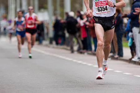 maraton: ROTTERDAM, los Pa�ses Bajos - el 11 de abril: Marat�n de Rotterdam Fortis anual. Corredores en la calles de la ciudad el 11 de abril de 2010 en Rotterdam