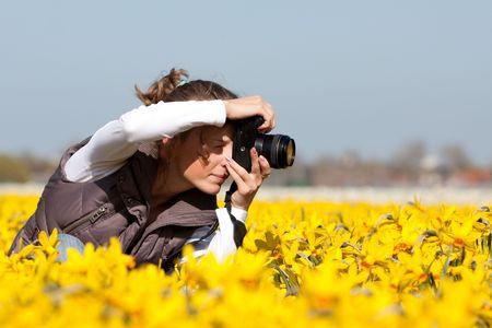 Mädchen-Fotograf, machen Bilder von Blumen. Frühling in den Niederlanden  Standard-Bild - 6833588