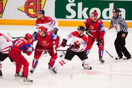 COLOGNE, Deutschland - Mai 20: 2010 IIHF (International Ice Hockey Federation)-Weltmeisterschaft. Viertelfinale Spiel zwischen Russland und Kanada. Russisch gewinnen 5: 2. April 20, 2010  Standard-Bild - 7007097