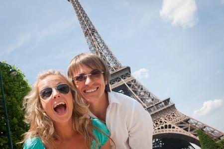Feliz pareja joven que se divierten en París, Francia