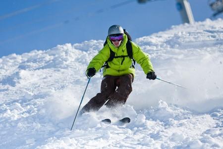 narciarz: Młody mężczyzna na narty z zboczach. Narciarstwo off-piste