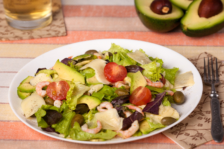 parmezan: Salad with shrimps, rucola, avocado, tomato and parmezan