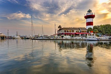 ヒルトン ヘッド島にある灯台と港します。