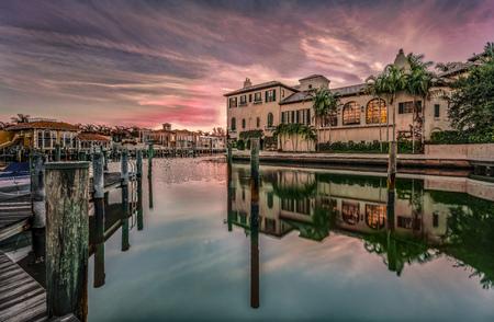 Kleurrijke zonsopgang boven Venetian Bay bij Napels, Florida Stockfoto