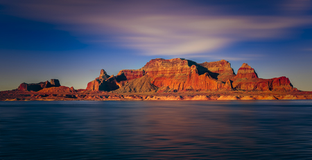 Beautiful canyon and lonely rocks on the Lake Powell, Utah. Lake Powell is based on Colorado River with a great view on the canyoon. Imagens
