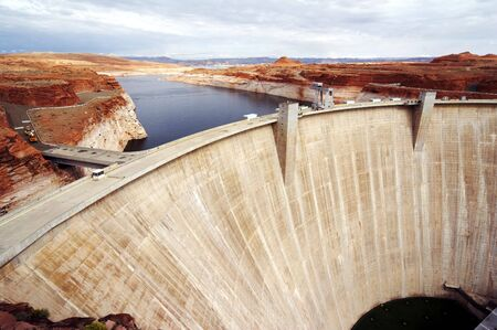 retailing: Glen Canyon Dam with Lake Powell, built as gravity-arch dam in nevada, usa