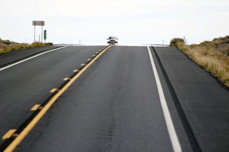 schlagbaum: lonesome Auto auf der Autobahn - Querformat