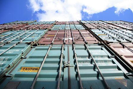 seafreight: El puerto de Hamburgo es el eje central para el comercio con el Este y el Norte de Europa. Como un puerto de contenedores, Hamburgo ocupa el segundo lugar en Europa y el s�ptimo lugar en el mundo. Se trata de 120 kil�metros del mar, pero que pueden no obstante tener el mayor portacontenedores i