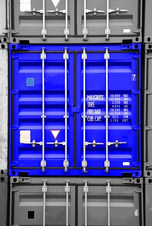 seafreight: pila de contenedores - todos los nombres de empresas, derechos de autor y marcas comerciales son eliminados