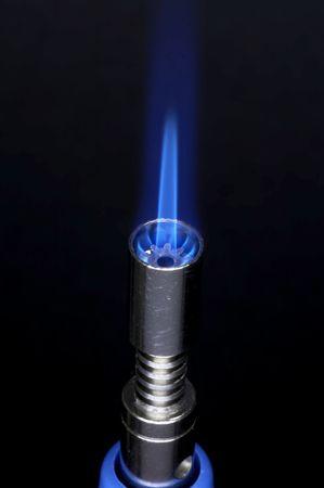 kleine gasbrander met vlam