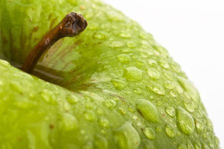 nutriments: Green Apple con waterdrops sobre fondo negro  Foto de archivo