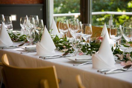 servilletas: Bien sentado el cuadro blanco con servilletas dobladas y vasos de vino.