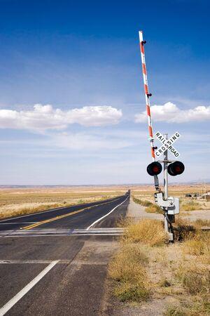 ferrocarril: Cruce de ferrocarril con las puertas en Nueva M�xico, EE.UU. Foto de archivo