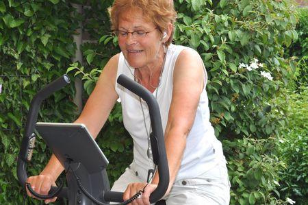 music therapy: Senior mujer escuchar la m�sica favorita durante el entrenamiento