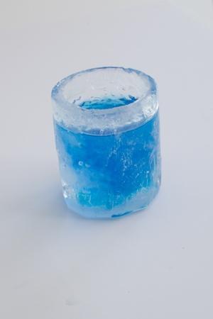 얼음처럼 차가운 유리에 파란색 스톡 사진