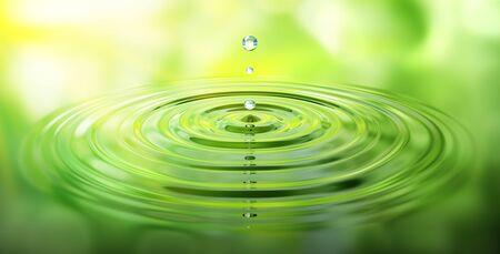 Wassertropfen und Wellen mit grüner Reflektion