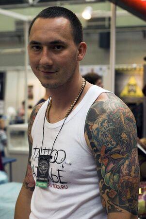 Saint-Pétersbourg - 20 juin 2010: Un participant du Festival de tatouage de Saint-Pétersbourg - un événement de quatre jours sur l'art du tatouage, la modification du corps, l'art corporel le 20 juin 2010 à Saint-Pétersbourg, en Russie.