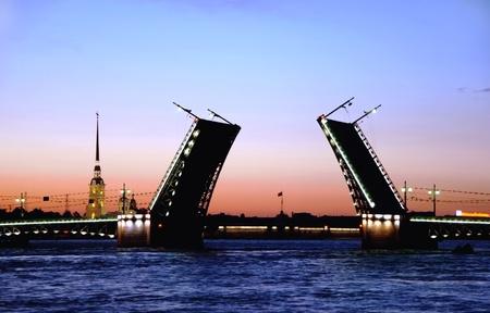 Weiße Nächte. Ansicht der Newa und erhöhten Palace Bridge in St.Petersburg, Russland.