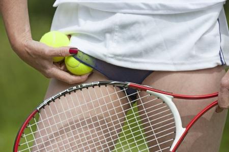 Giocatore di tennis femminile rimboccare palle in mutande Archivio Fotografico - 20705704