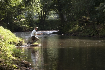 water s edge: Pesca a mosca in un fiume inglese