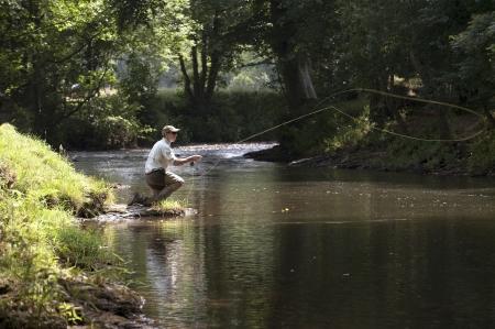 Pesca a mosca in un fiume inglese Archivio Fotografico - 21011274