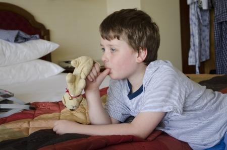 자신의 손가락을 빠는 어린 소년
