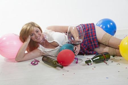 bebiendo vino: Mujer Parte goer beber vino tendido en el suelo