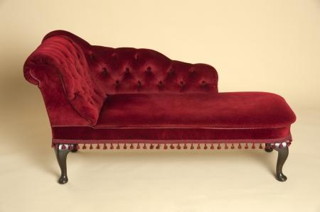 Chaise longue Sitz in einem dunkelroten Samt überzogen Standard-Bild - 24193757