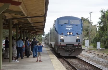 Amtrak-Zug nähert Bahnhof Boy mit den Händen über die Ohren Standard-Bild - 24276416