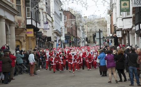 Santa fun run around Winchester city in aid of Naomi House   Jacksplace a children