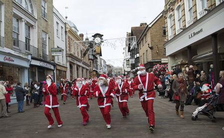winchester: Babbo divertente correre citt� Winchester in aiuto di Naomi Casa Jacksplace bambini Editoriali