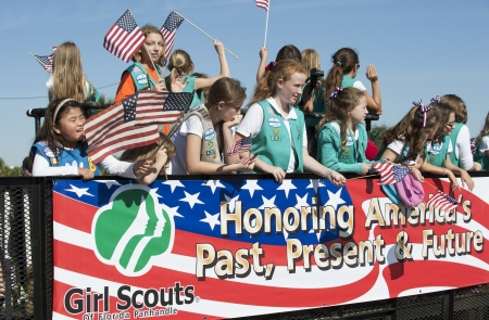 Girl Scouts of Florida Panhandle in the Veterans Day Parade Pensacola Fl USA Imagens - 24453401