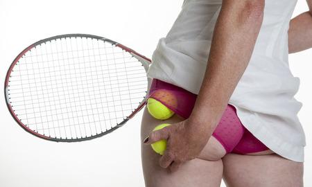 Vrouwelijke tennisser zetten ballen in haar slipje Stockfoto - 24803320