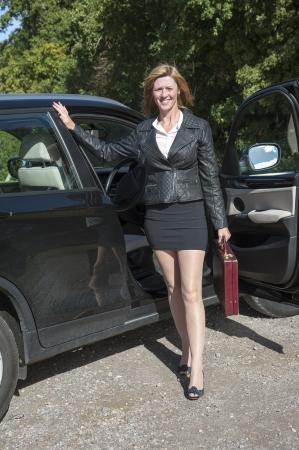 mini jupe: Automobiliste Femme avec de longues jambes de sortir de la voiture