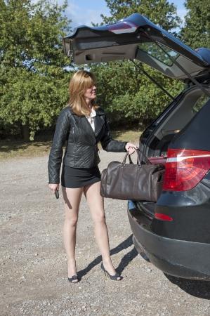 falda corta: Loading Mujer bolsa de viaje en el coche