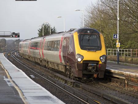 cross country: Esqu� de tren de pasajeros se acerca la estaci�n de Basingstoke Hampshire UK Foto de archivo