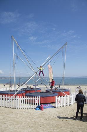 puenting: Actividad Puenting en la playa de Weymouth Dorset Reino Unido Editorial