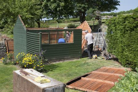Demolishing a garden shed Editoriali