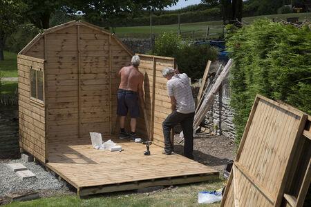 Het oprichten van een nieuwe tuinhuisje