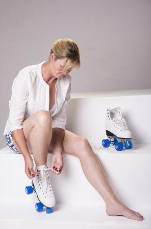 patines: Cordones Mujer de fijaci�n en sus patines de ruedas Foto de archivo