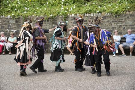 morris: Morris ballerini con le facce annerite svolgono sul porto di Ilfracombe nord Devon UK