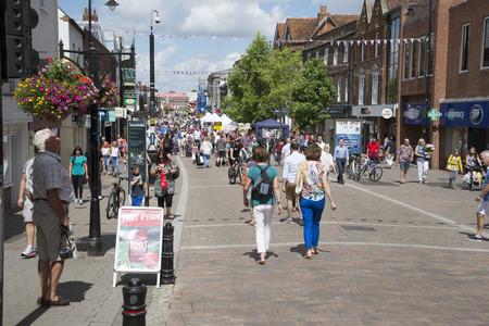 Drukke high street winkels Newbury Berkshire UK
