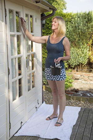 mini falda: Mujer en mini falda exterior pintura de oficina de jard�n