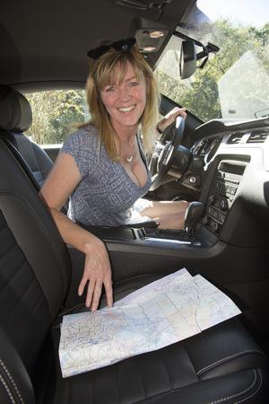Weiblicher Treiber mit Karte, um Routenplanung Standard-Bild - 33338579