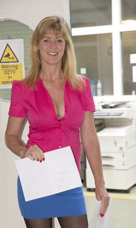 falda corta: Secretario con falda corta y camisa de corte bajo