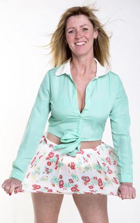 falda corta: La mujer llevaba una falda corta en tiempo ventoso Foto de archivo